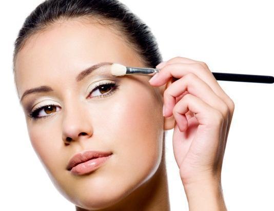 girl-applying-highlight-eye-shadow