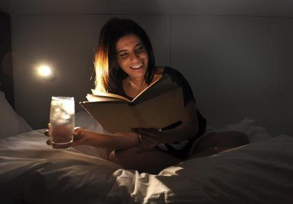 woman-reading-on-bed-lifest